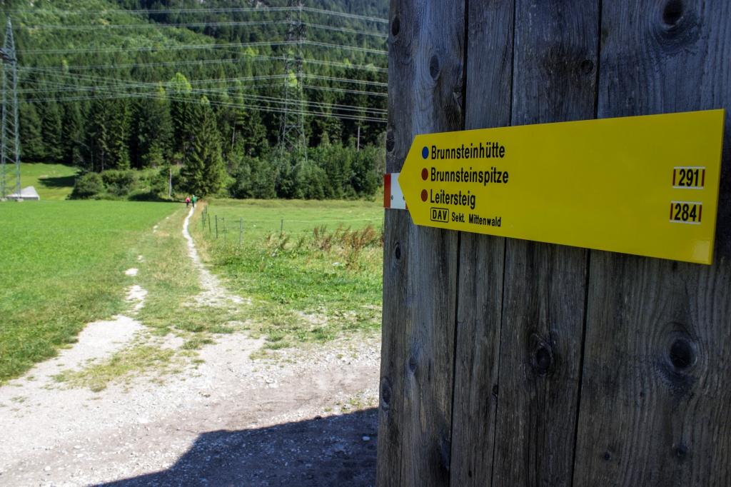 Wegweiser am Hoffeld zur Brunnsteinhütte