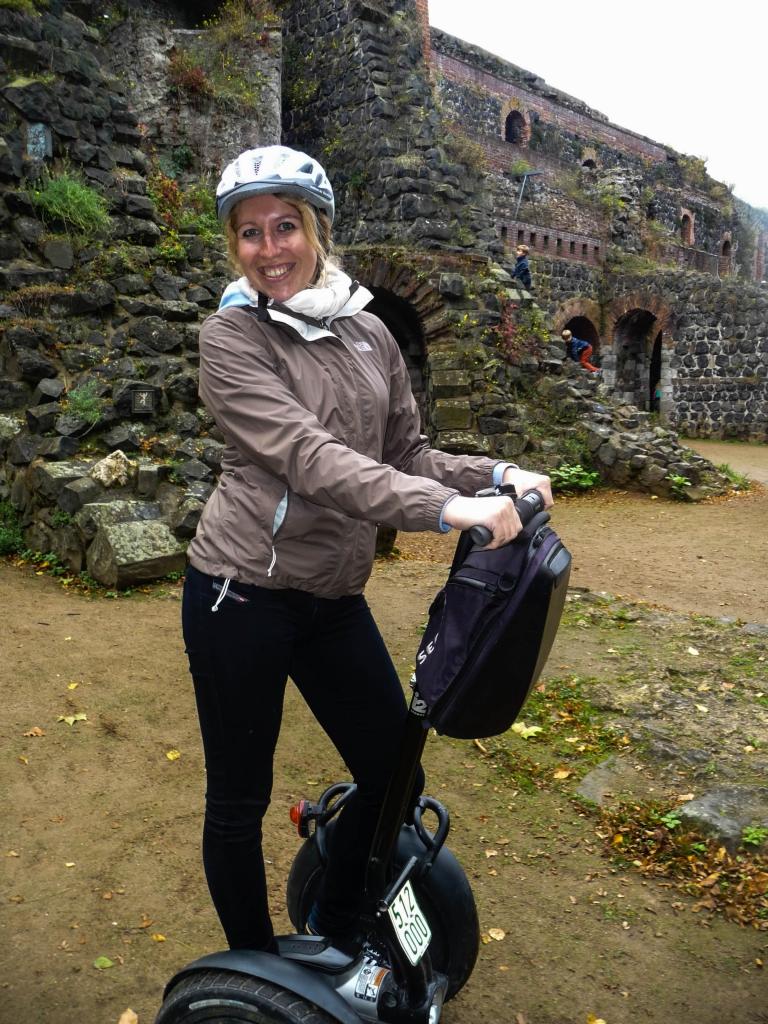 Laura posiert vor der Kaiserpfalz