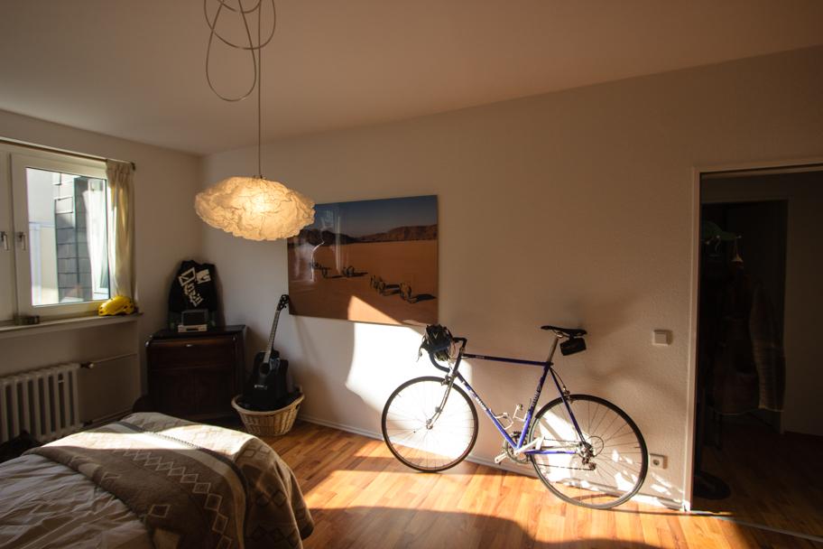 Jochens Schlafzimmer mit Fahrrad und Bild