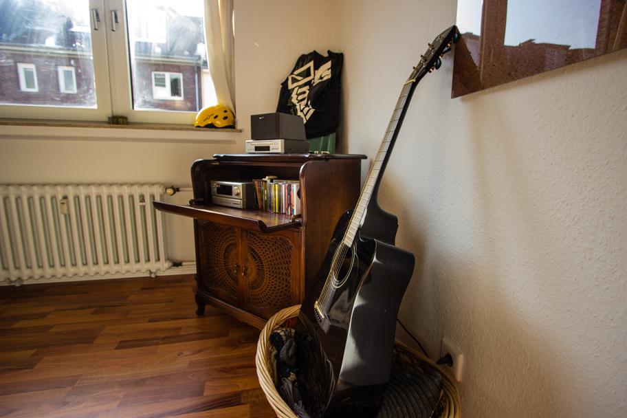 Jochens Schlafzimmer mit Gitarre und Musikschrank