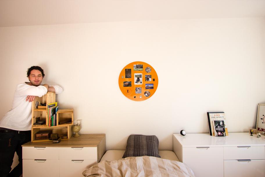 Jochens Schlafzimmer mit Bett und Bildersammlung