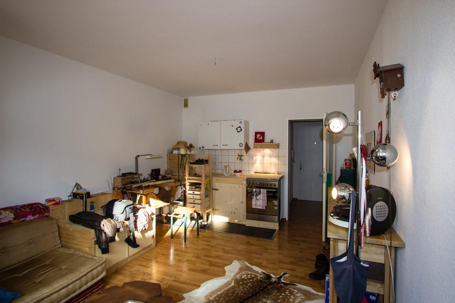 Jochens Wohnzimmer mit Küchenecke und Handwerkerbank