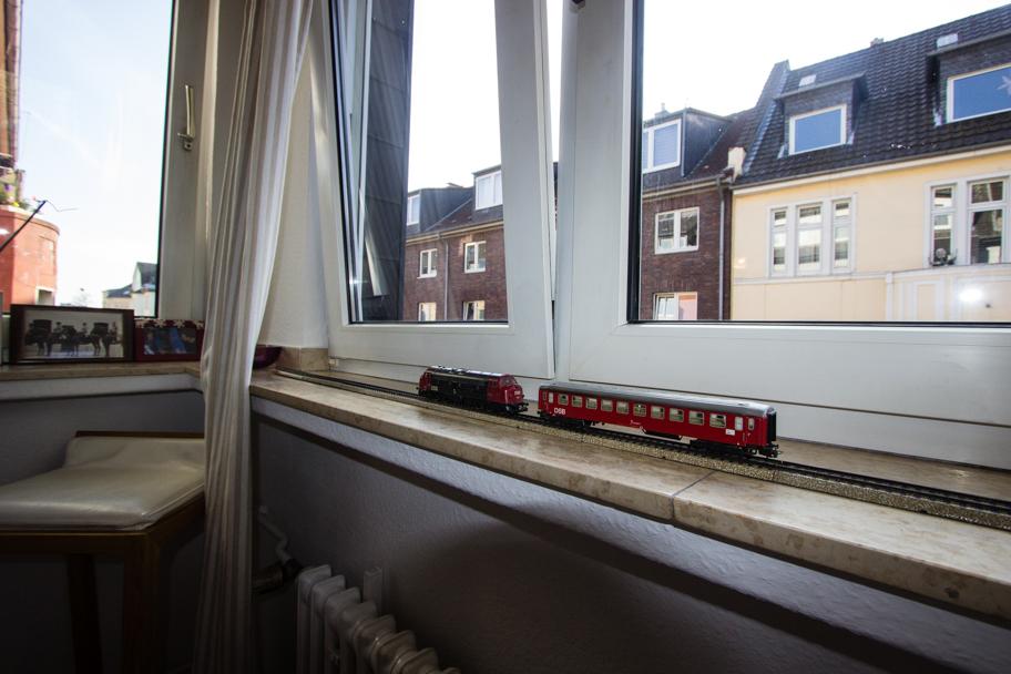 Jochens Wohnzimmer mit seiner Lieblingsecke neben dem Fenster und seiner Modelleisenbahn